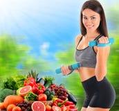 Junge Frau mit Vielzahl des organischen Gemüses und der Früchte Stockfotos