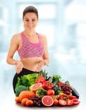 Junge Frau mit Vielzahl des organischen Gemüses und der Früchte Lizenzfreie Stockbilder