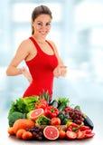 Junge Frau mit Vielzahl des organischen Gemüses und der Früchte Lizenzfreies Stockbild