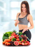 Junge Frau mit Vielzahl des organischen Gemüses und der Früchte Stockbilder