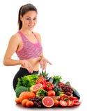 Junge Frau mit Vielzahl des organischen Gemüses und der Früchte Lizenzfreie Stockfotografie