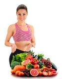 Junge Frau mit Vielzahl des organischen Gemüses und der Früchte Lizenzfreies Stockfoto
