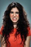 Junge Frau mit wütendem Ausdruck Lizenzfreie Stockfotos