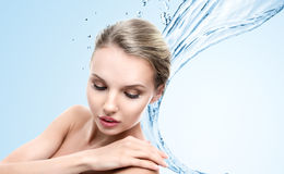 Junge Frau mit Wasserspritzen Lizenzfreie Stockfotos