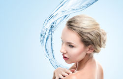 Junge Frau mit Wasserspritzen Stockfoto