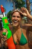 Junge Frau mit Wasserwerfer Lizenzfreie Stockfotos