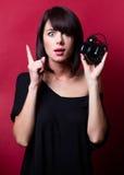 Junge Frau mit Wecker Lizenzfreies Stockfoto