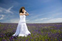 Junge Frau mit weißem Kleid schreiend oder singend Stockbild
