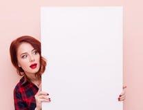 Junge Frau mit weißem Vorstand Lizenzfreies Stockbild