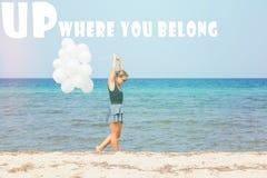 Junge Frau mit weißen Ballons Stockbilder