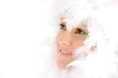 Junge Frau mit weißen Federn Stockfoto