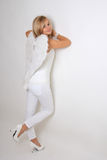 Junge Frau mit weißen Flügeln Lizenzfreies Stockfoto