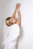 Junge Frau mit weißen Flügeln Stockfotos