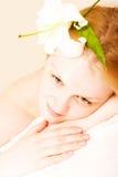 Junge Frau mit weißer Lilie lizenzfreie stockfotografie