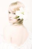 Junge Frau mit weißer Lilie lizenzfreies stockfoto