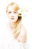 Junge Frau mit weißer Lilie stockbild