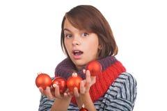 Junge Frau mit Weihnachtsball Lizenzfreies Stockfoto