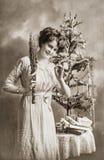 Junge Frau mit Weihnachtsbaum und Geschenken Antike Abbildung Stockbilder