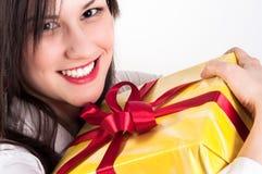 Junge Frau mit Weihnachtsgeschenk lizenzfreies stockfoto