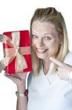 Junge Frau mit Weihnachtsgeschenk Stockfotos