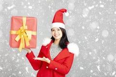 junge Frau mit Weihnachtsgeschenkkasten stockbild