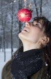 Junge Frau mit Weihnachtsspielzeug Lizenzfreies Stockfoto