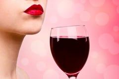 Junge Frau mit Wein Lizenzfreies Stockfoto
