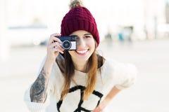 Junge Frau mit Weinlese-Kamera Lizenzfreies Stockfoto