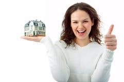 Junge Frau mit wenigem Haus in der Hand Lizenzfreies Stockbild