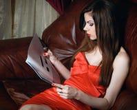 Junge Frau mit Zeitschrift lizenzfreies stockbild