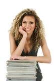 Junge Frau mit Zeitschriften lizenzfreie stockfotografie