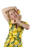 Junge Frau mit Zitrone Lizenzfreie Stockfotos