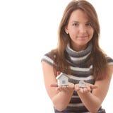 Junge Frau mit zwei Schlauchbaumustern in den Händen stockfotografie