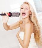 Junge Frau morgens am Badezimmer Stockbilder