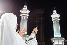 Junge Frau, moslemischer Pilgerer im Weiß stockbild