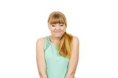 Junge Frau mustert Mund geschlossenen lustigen Gesichtsausdruck Stockfotografie