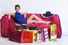 Junge Frau nach einem großen Einkaufen Lizenzfreie Stockfotos