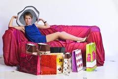 Junge Frau nach einem großen Einkaufen Lizenzfreie Stockfotografie