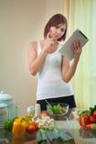 Junge Frau nach Rezept auf Digital-Tablet Stockbild