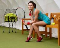Junge Frau nach Tennistraining Stockbild