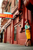 Junge Frau nahe bei Hotel lizenzfreie stockfotografie