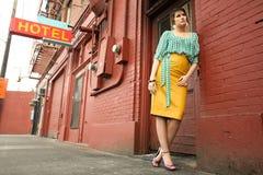 Junge Frau nahe bei Tür stockfotografie
