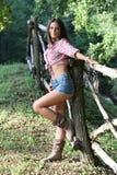 Junge Frau nahe bei Zaun Stockbilder