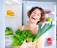 Junge Frau nahe dem Kühlraum Stockfotografie