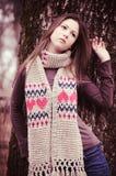 Junge Frau nahe einem Baum lizenzfreie stockfotos