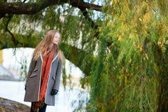 Junge Frau nahe einem Weidebaum Stockfotografie