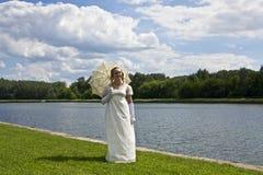 Junge Frau nahe See stockbild