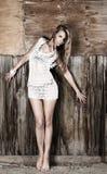 Junge Frau nahe Wand Stockfotos