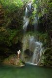 Junge Frau nahe Wasserfall Lizenzfreies Stockbild