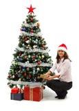 Junge Frau nahe Weihnachtsbaum mit Geschenken Lizenzfreies Stockbild